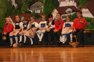 Die jungen Tänzerinnen und Tänzer warten auf ihren Einsatz am Trachtenabend Brittnau