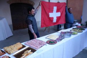 """Die Gemeinde Castiglione Tinella, mitten in den Moscato-Weinlagen des Piemonts gelegen, empfängt und verwöhnt die """"Schweizer Delegation"""" zum Abschlussfest der Traubenernte."""