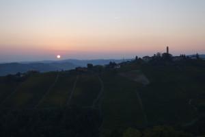 Sonnenaufgang über Castiglione Tinella.
